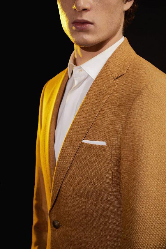 max-costume-jaune-detail